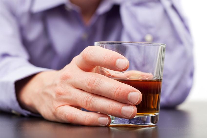 Mężczyzna ze szklanką alkoholu